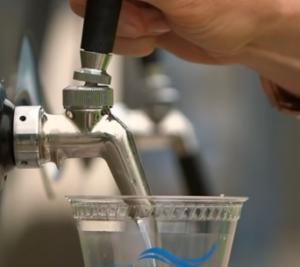 Vattenglas med kran